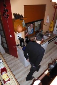 Oh ! Une fenêtre entre les WC et la plaque de cuisson ! Pratique pour papoter ^^